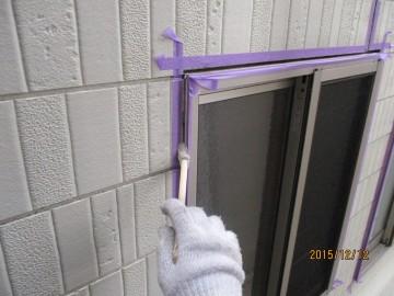 窓サッシ目地部にプライマー塗布